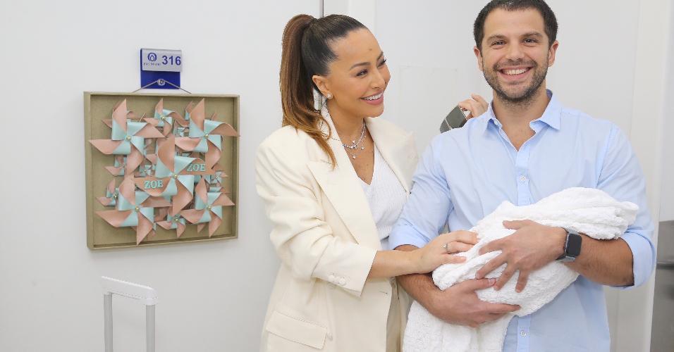 Sabrina Sato deixa maternidade em São Paulo
