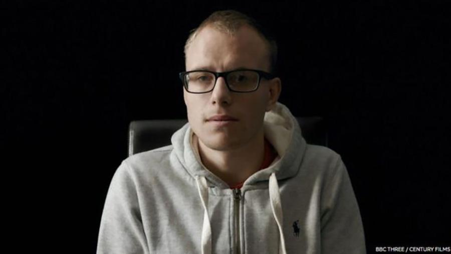 Alex Skeel, de 22 anos, foi vítima de violência doméstica e tortura psicológica - BBC