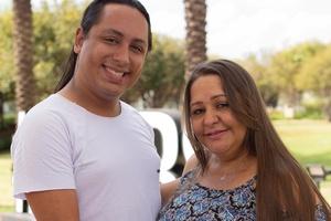 b420583691 Ela tem 45 anos e está grávida dos netos; filho gay será pai de gêmeos