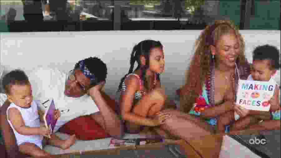Beyoncé e Jay-Z com os filhos em Making the Gift - Reprodução/Twitter