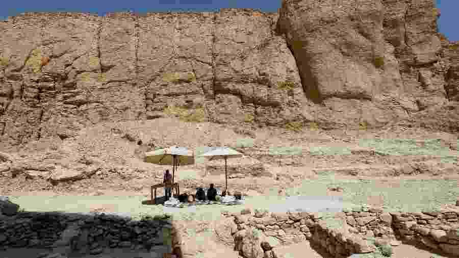 Arqueólogos egípcios trabalham em objetos descobertos em missão arqueológica no Vale dos Macacos, perto do Vale dos Reis, em Luxor  - Reuters