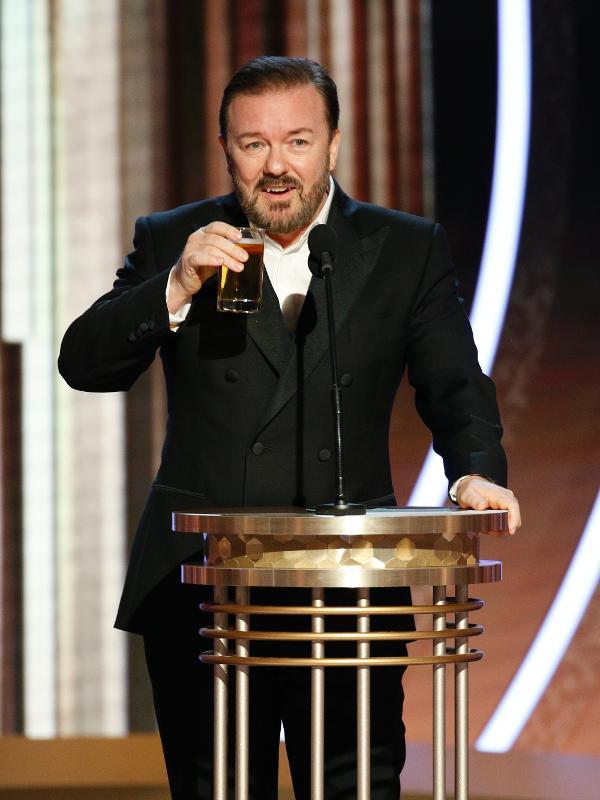 Ricky Gervais bebe enquanto apresenta o Globo de Ouro
