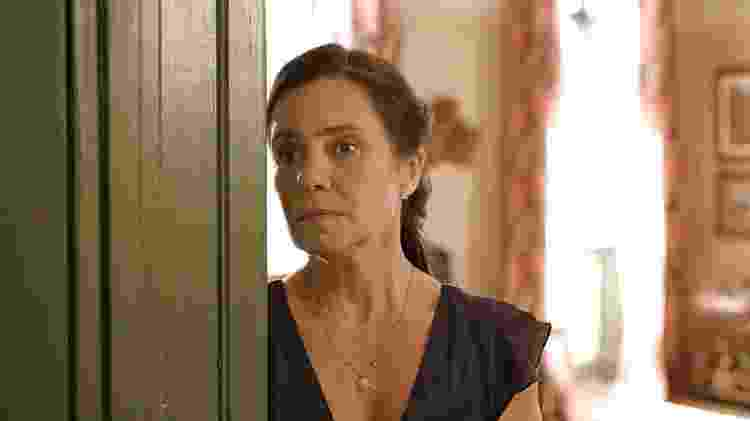 Adriana Esteves em cena de Amor de Mãe; personagem está em momento crucial na trama - Reprodução/Globo