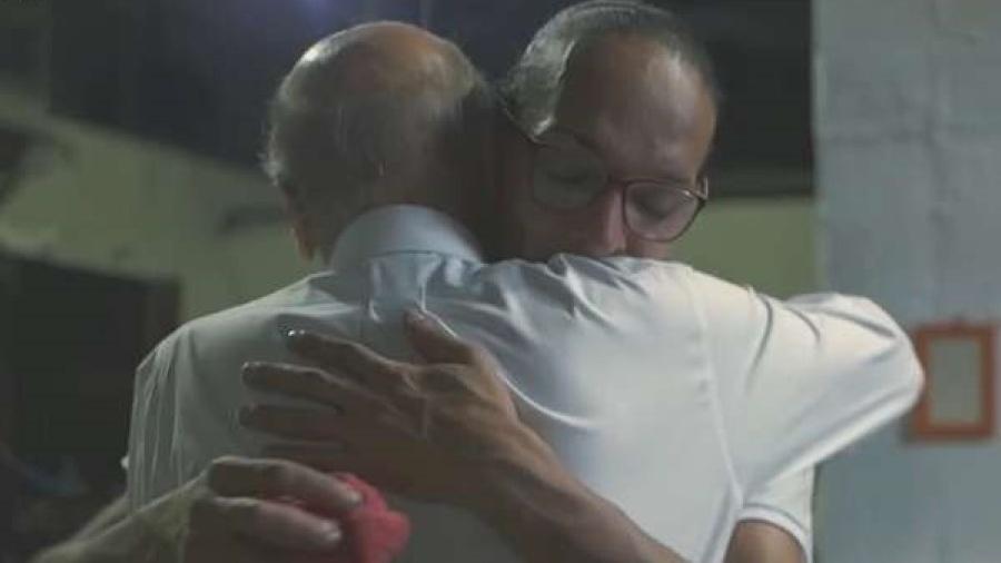 Drauzio Varella abraça a detenta Suzy em reportagem do Fantástico - Reprodução