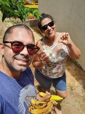 Sílvia Morais faz troca de alimentos com morador de Noronha  - Arquivo pessoal