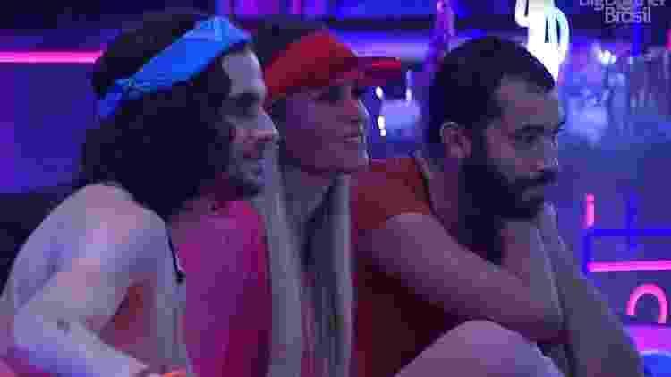 BBB 21: Fiuk, Sarah e Gil conversam em festa - Reprodução/ Globoplay - Reprodução/ Globoplay