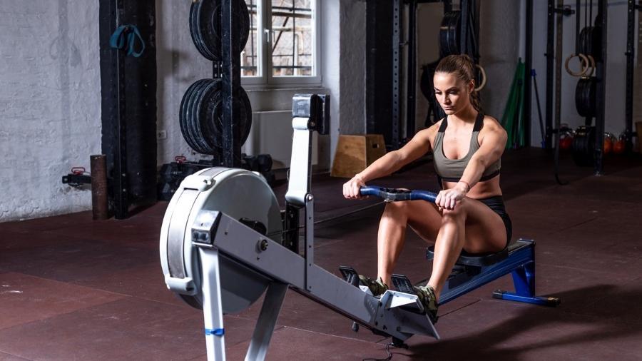 O remo ergométrico trabalha praticamente todos os grupos musculares do corpo - iStock
