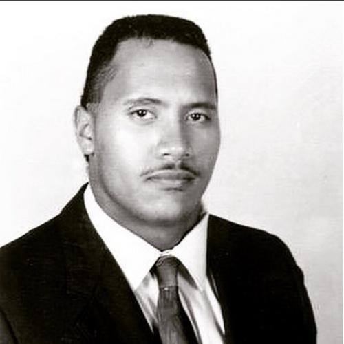 """6.ago.2015 - Na noite desta quinta-feira, Dwayne Johnson, também conhecido como The Rock, surpreendeu seus seguidores do Instagram ao postar uma foto sua na adolescência. """"Da época que eu tinha 16 anos. Eu já havia passado por quatro colégios e sido expulso por problemas com a lei. Eu já  tinha 1,93 e pesava 102kg e mantinha uma taturana sobre o meu lábio (também conhecido como bigode pornô)"""", escreveu o ator na legenda da imagem"""