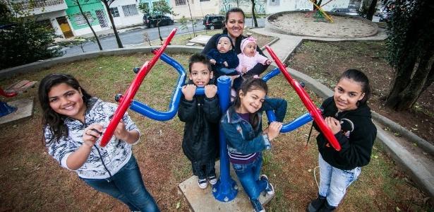 Débora da Silva Monteiro, 38, posa com os seis filhos, frutos de três gestações gemelares - Edson Lopes Junior/UOL