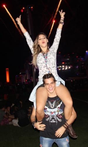 25.set.2015 - Thati Lopes sobe nos ombros de Cictor Lamoglia para curtir a quinta noite de shows do Rock in Rio