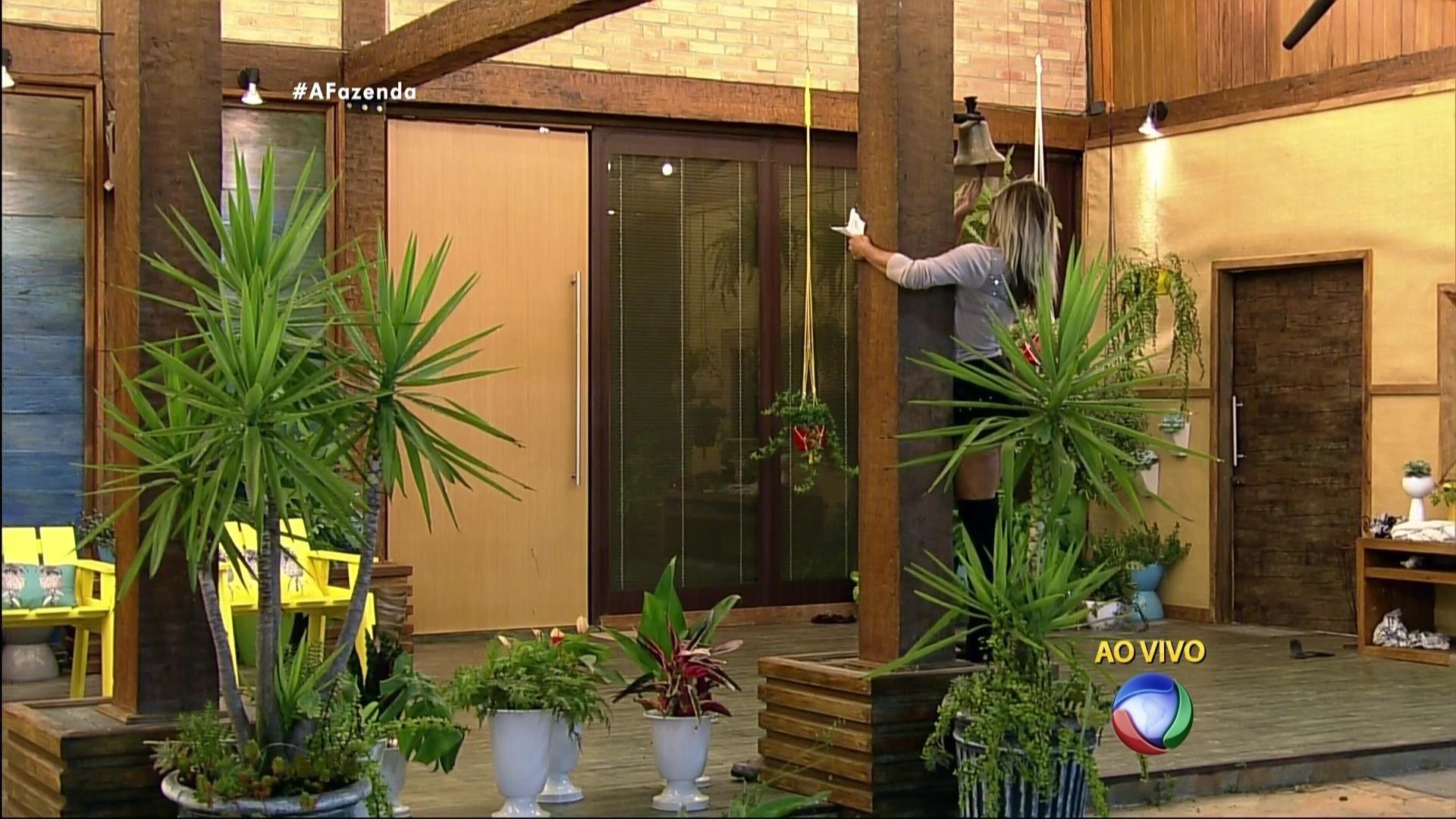 5.dez.2015 - Emocionada, Ana Paula voltou para a casa sede, tocou o sino e gritou: