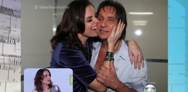 Monica Iozzi morde bochecha de Roberto Carlos após show em cruzeiro - Reprodução/TV Globo