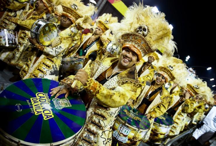 6.fev.2016 - Integrante da bateria Cadência, que embalou o desfile da Unidos de Vila Maria na madrugada deste sábado