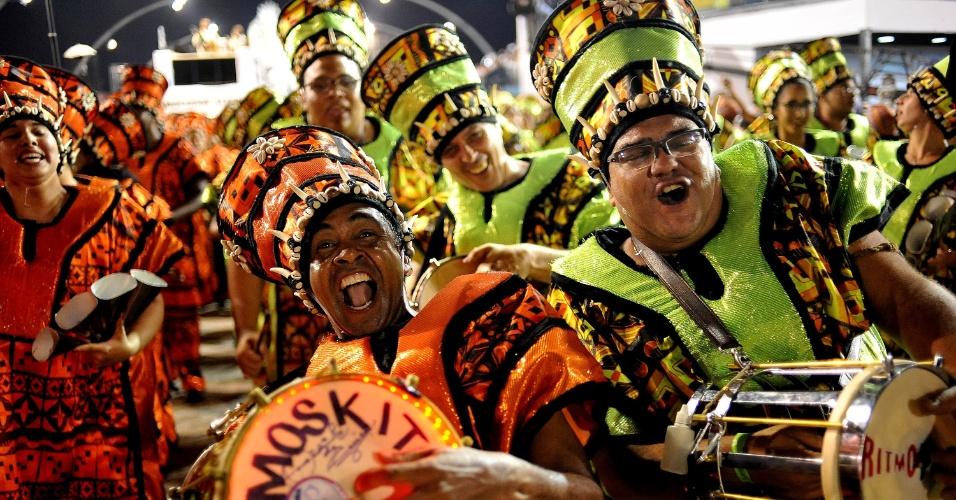 07.fev.2016 - Integrantes comemoram o fim do desfile na dispersão da Mocidade Alegre