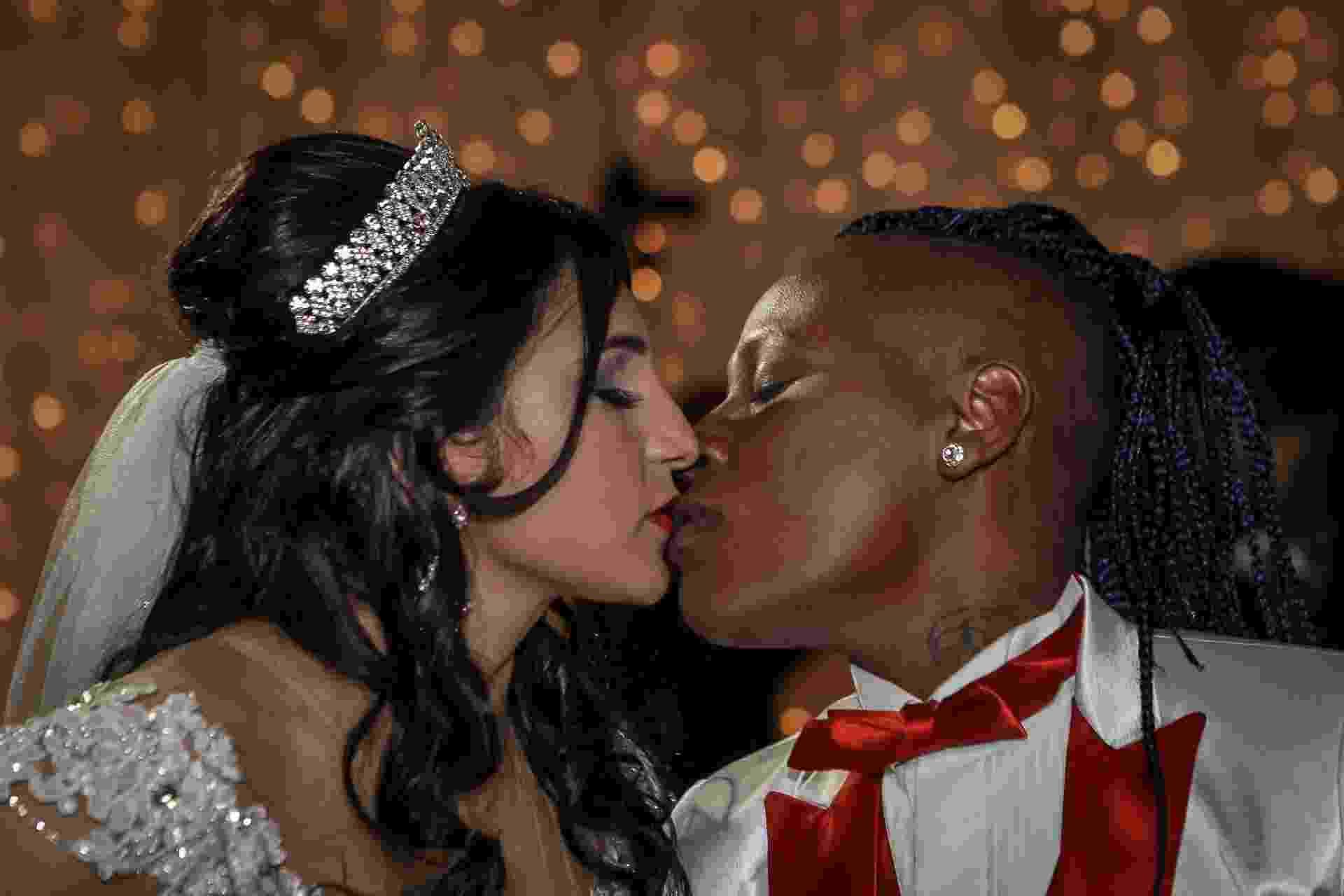 13.jun.2016 - Thalyta e Pepê se beijam após oficializarem o casamento em festa para convidados famosos em São Paulo - Raphael Castello/AgNews