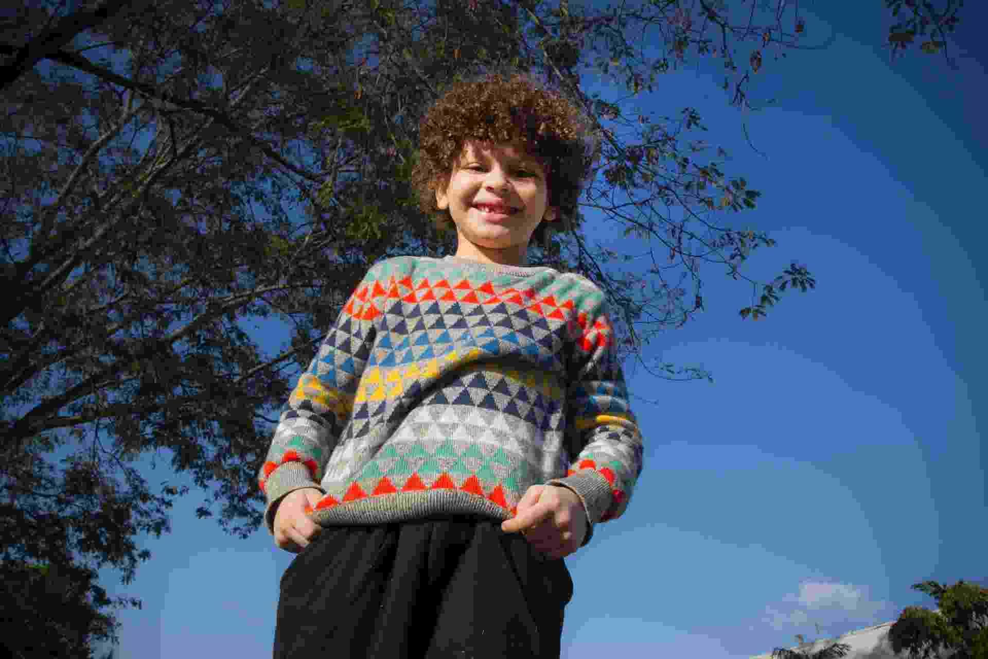 Issac do Vine, 7 anos, semialfabetizado e um livro no currículo - Lucas Lima/UOL