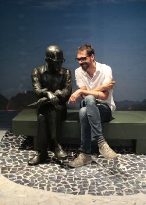 Réplicas de esculturas famosas do mineiro, como o poeta Carlos Drummond de Andrade no calçadão de Copacabana, estão na exposição - Divulgação