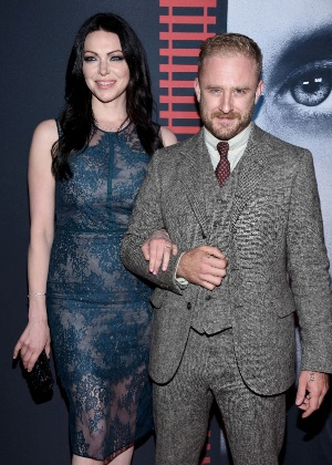 Laura Prepon exibe anel de noivado ao lado de Ben Foster  - Dimitrios Kambouris/Getty Images