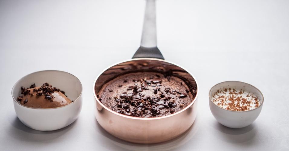 Bolo macio de chocolate com sorvete e nibs de cacau, feitos com ingredientes da fábrica de chocolate do chef Alain Ducasse em Paris e servidos no Le Louis XV