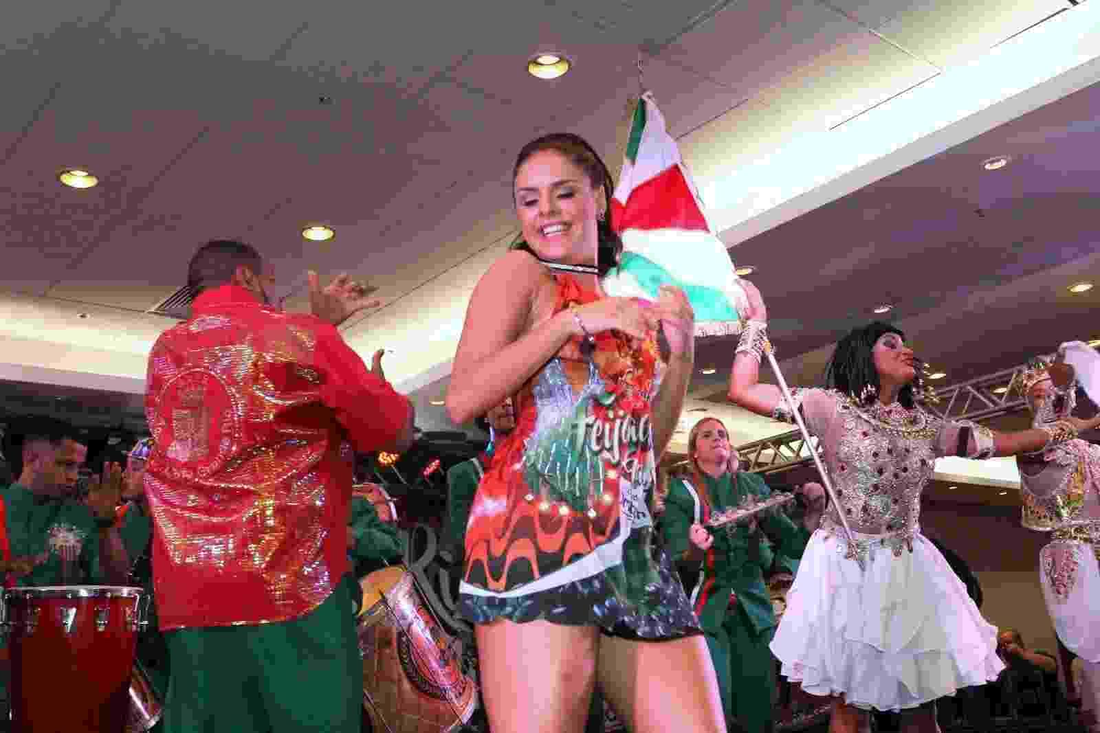 18.fev.2017 - Paloma Bernardi samba na feijoada da Grande Rio - Thyago Andrade/Brazil News