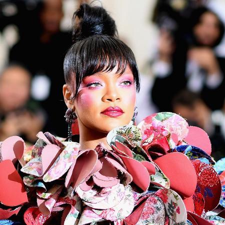 A cantora Rihanna acompanha a tendência do rosto todo maquiado - Getty Images