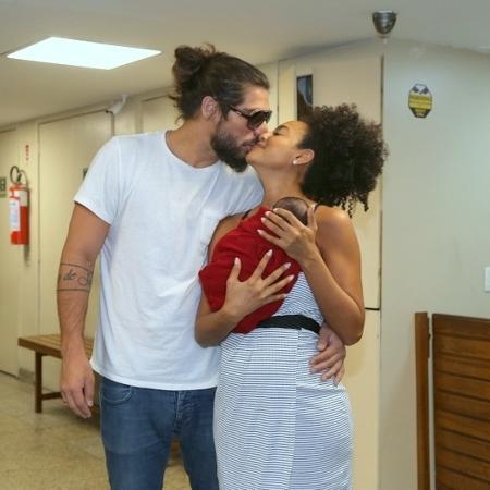 Sheron Menezzes e o marido Saulo Bernard deixam a Maternidade Perinatal, no Rio, com Benjamin - Anderson Borde/AgNews