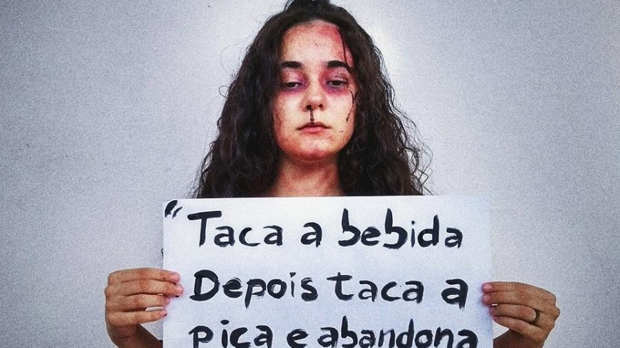 Yasmin Formiga aparece com uma maquiagem como se tivesse sido violentada e segura um cartaz com o polêmico verso - Reprodução/Facebook