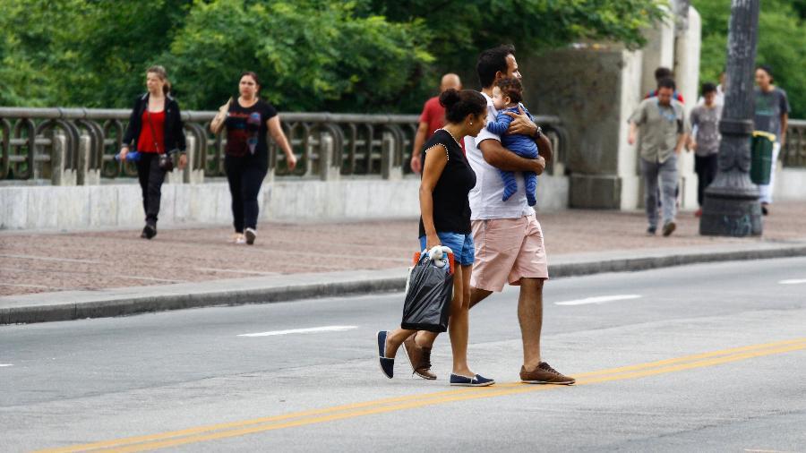 Pedestres atravessando fora da faixa: essa é uma das infrações que serão punidas com multa, mas só em março de 2019 - Aloisio Mauricio /Fotoarena/Folhapress