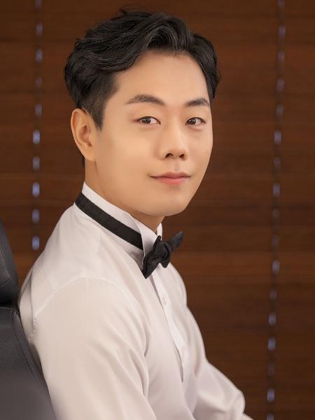 Na Coreia do Sul, é comum os homens usarem maquiagem no dia do casamento - BBC