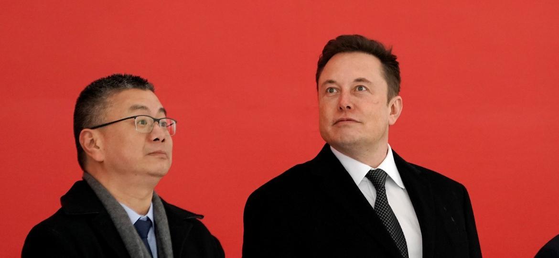 Elon Musk (ao centro), CEO da Tesla, e prefeito de Xangai, Ying Yong, inauguram obras na China - Aly Song/Reuters