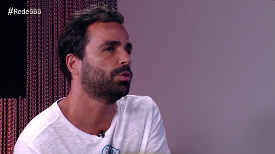 """Vinicius conversa com Vivian no programa """"Rede BBB"""" - Reprodução/GloboPlay"""