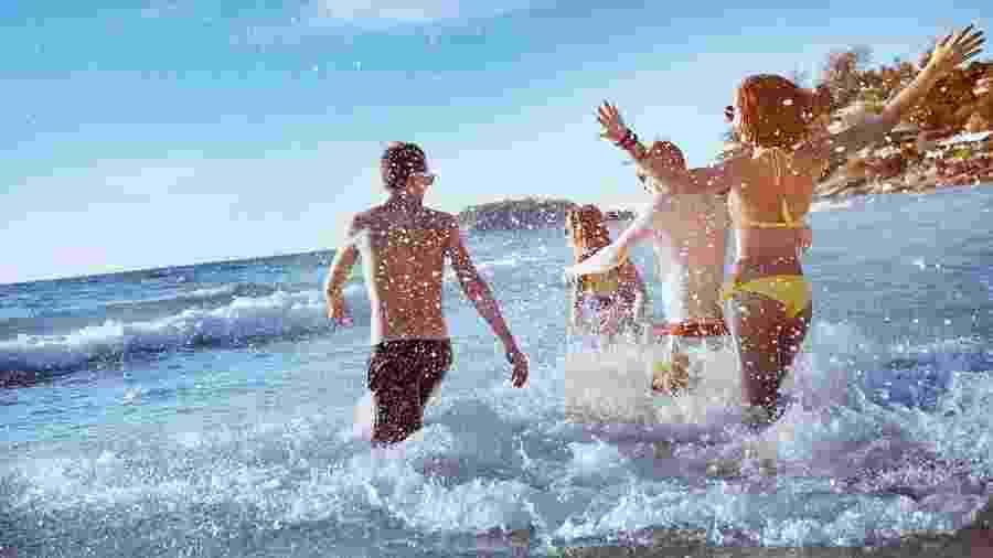 A água reflete os raios solares e faz com que a pele receba mais radiação UV - iStock