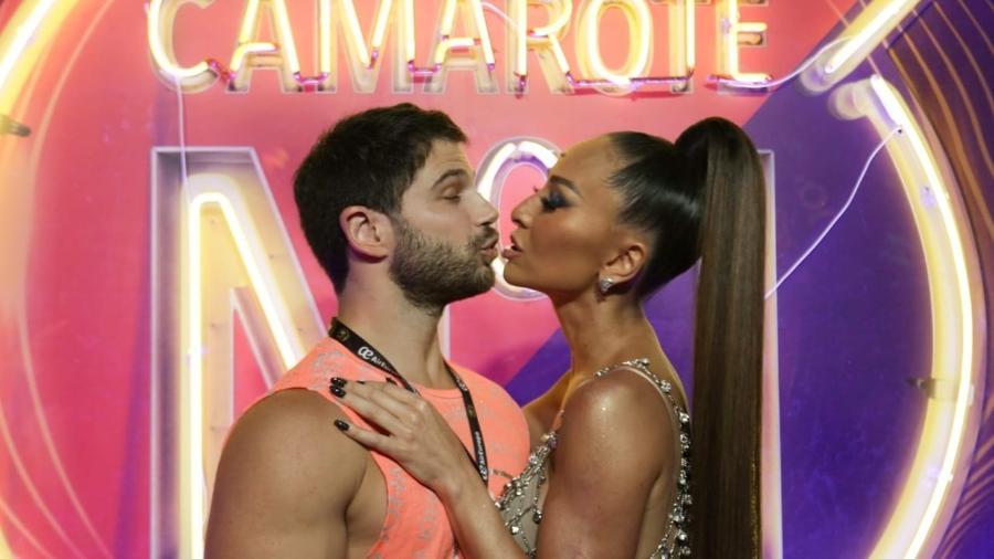 Sabrina Sato troca beijos com Duda Nagle no camarote CarnaUOL N1 - Matias Maxx/UOL