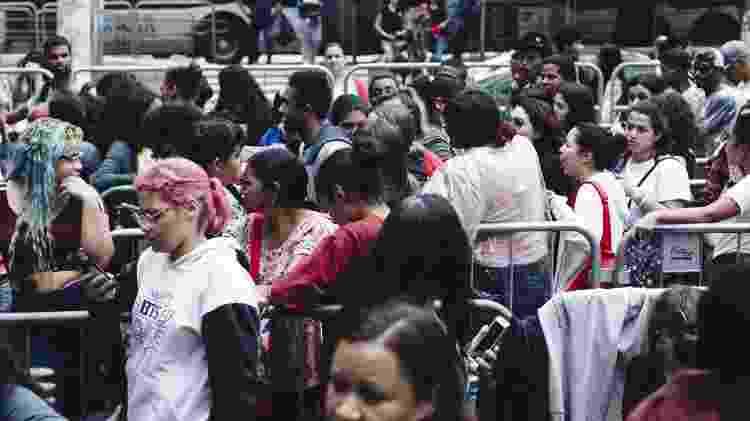 Com mais de 5 mil pessoas na fila, fãs enfrentam chuva para comprar ingressos para o show do BTS no Allianz Parque, em São Paulo - Carine Wallauer/UOL - Carine Wallauer/UOL
