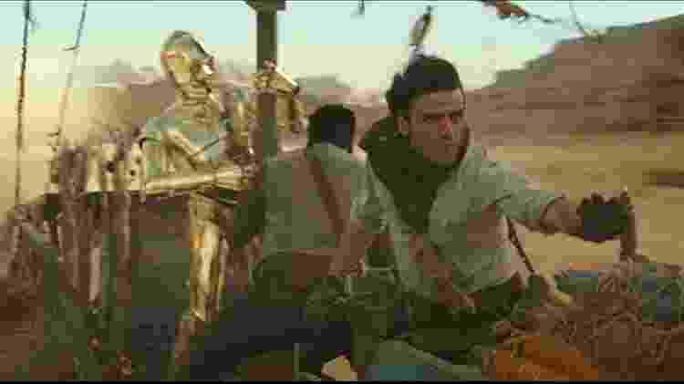 C3PO (Anthony Daniels), Finn (John Boyega) e Poe (Oscar Isaac) em cena de muita ação - Divulgação