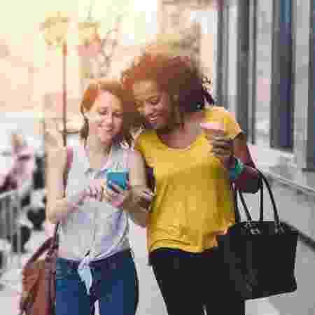 Dar um passeio com uma amiga pode prevenir doenças e melhorar sua saúde mental - Getty Images