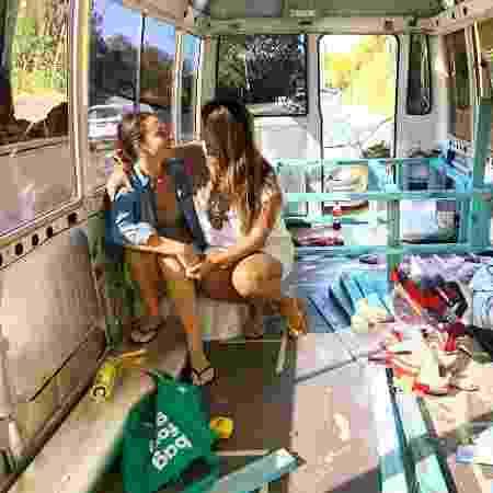 Amanda e Natalie, no ônibus em que vão morar: elas vão circular pela Austrália - Arquivo Pessoal