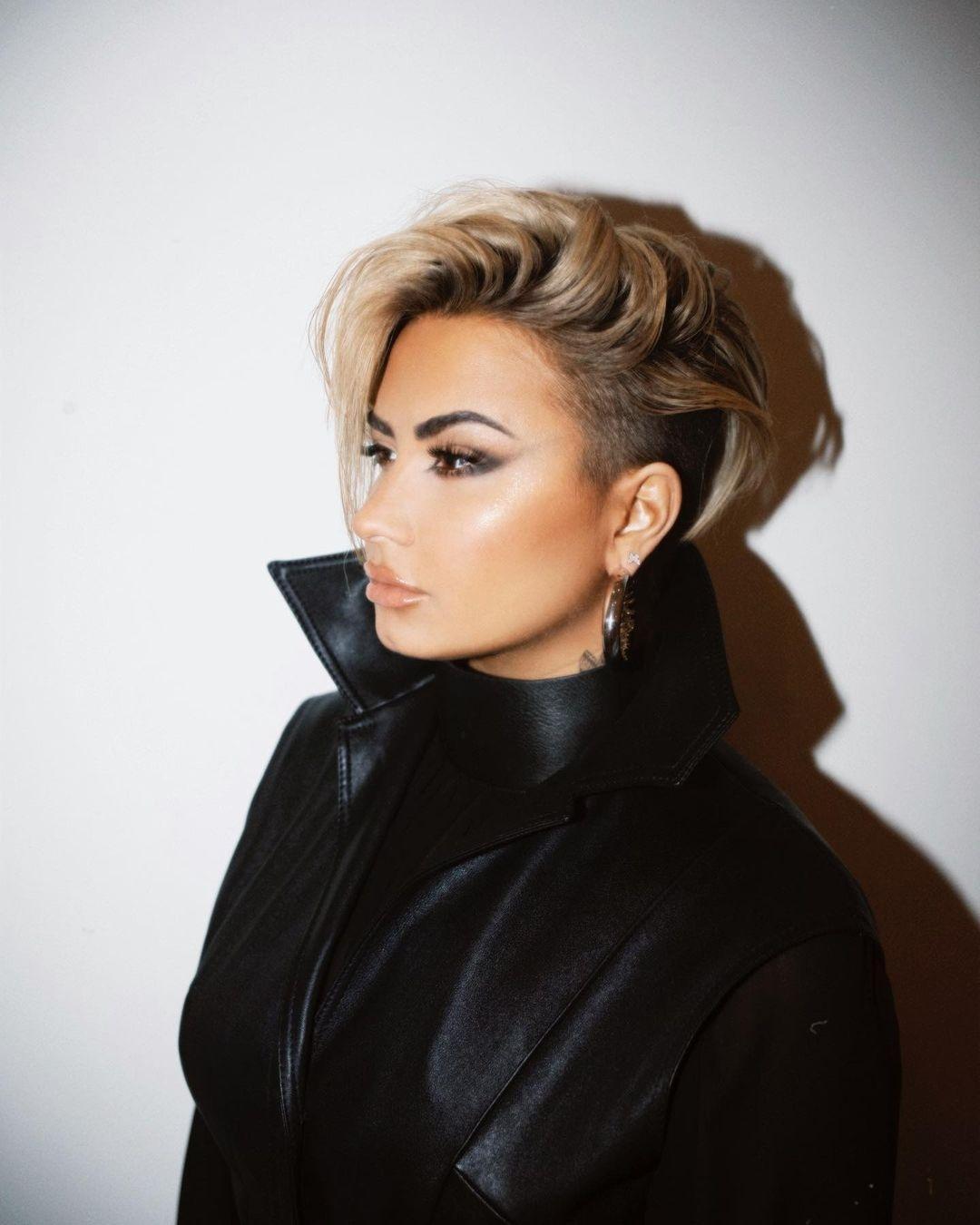 Demi Lovato radicaliza o visual e aparece com cabelo curto - 19/11/2020 -  UOL TV e Famosos