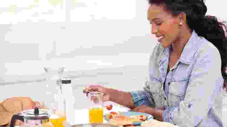 mulher comendo; café da manhã - iStock - iStock