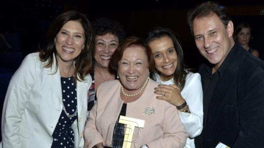 Beth Goulart (primeira à esquerda) revelou que Bárbara Bruno (ao seu lado) estava intubada; elas são filhas de Nicette Bruno (centro) - Reprodução/Instagram @paulogoulartfilho