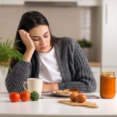 Cansaço e apatia são sintomas que indicam uma possível falta de vitaminas no corpo - iStock