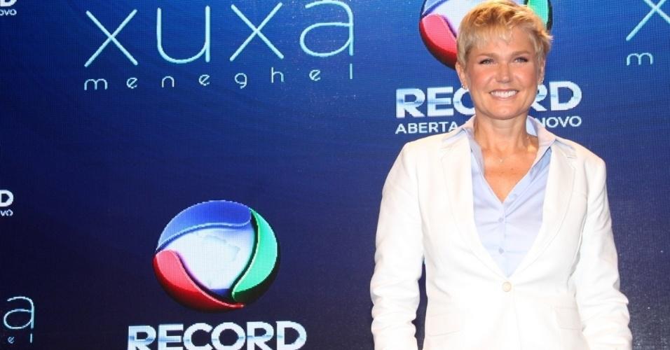 11.ag.2015 - Xuxa posa para os fotógrafos durante a coletiva de imprensa de seu novo programa, que estreia dia 17 de agosto