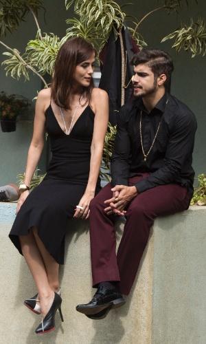 Num intervalo, Maria Casadevall e Caio Castro descansam na cidade cenográfica. A árvore virou cabide improvisado para o paletó do ator