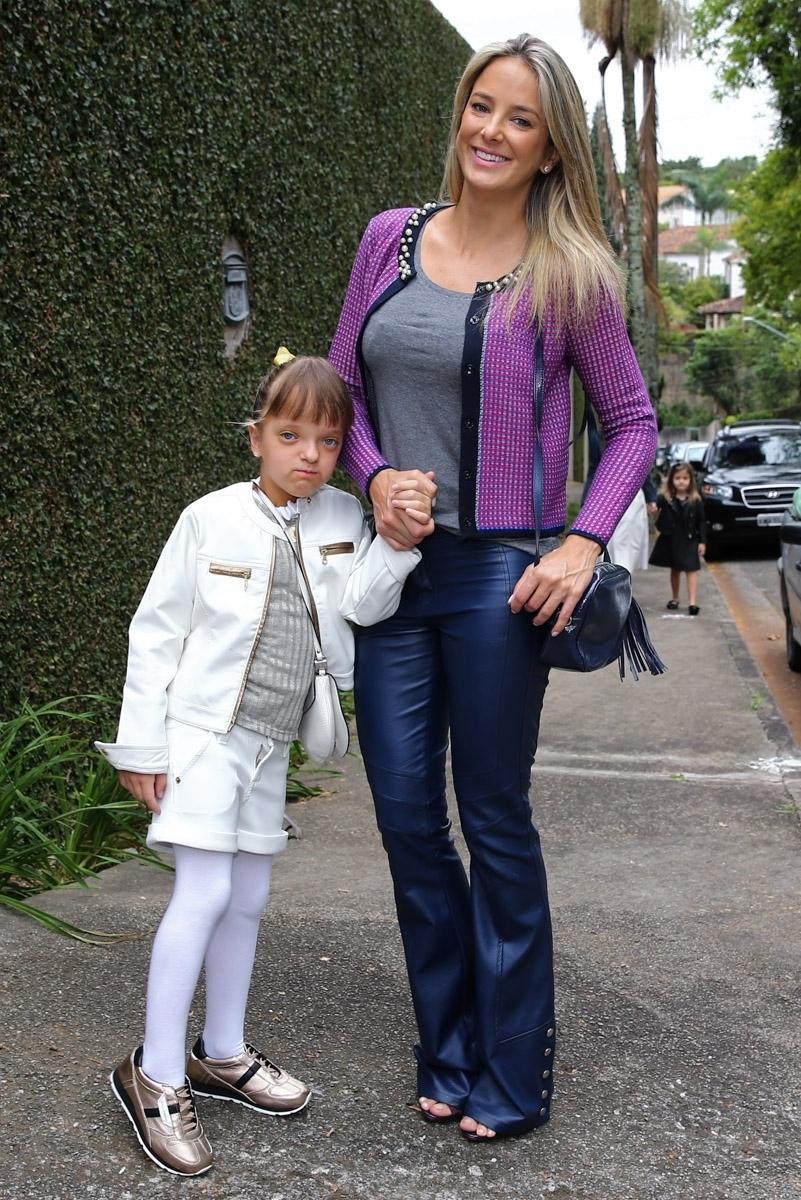 5.out.2015 - Ao lado da mãe Ticiane Pinheiro, Rafinha Justus vai ao aniversário de Donatella, filha de Marcos Mion, no bairro do Morumbi, em São Paulo
