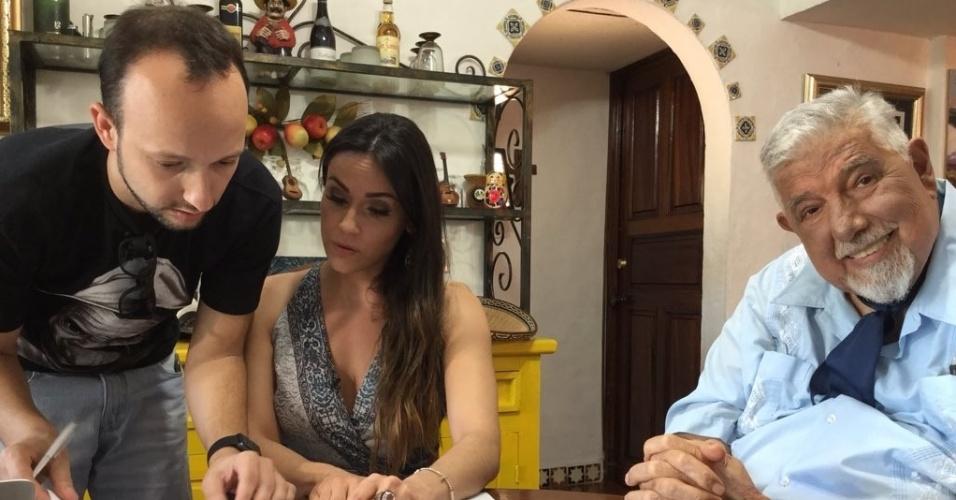 """2.nov.2015 - O ator mexicano Rubén Aguirre, o Professor Girafales da série """"Chaves"""", é entrevistado por Nadja Haddad e Murilo Bordoni, do SBT"""