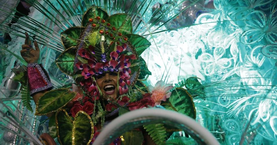 6.fev.2016 - Destaque da Águia de Ouro na concentração para o desfile na primeira noite do Carnaval de São Paulo. A escola é a terceira a entrar na avenida