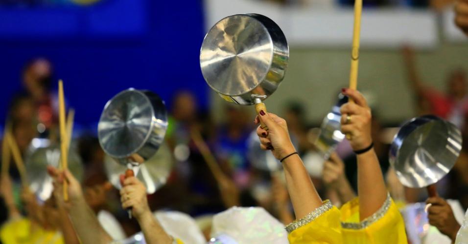 """9.fev.2016 - Inspirada pela situação política, a escola de samba São Clemente teve ala de """"panelaço"""". Integrantes ajudaram a bateria usando panelas como instrumentos"""