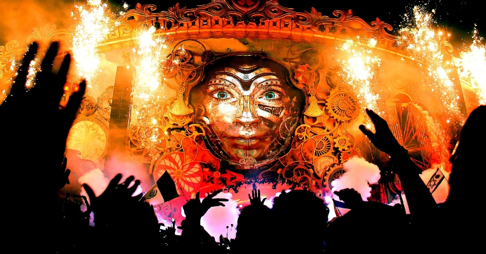 22.abr.2016 - Palco principal do Tomorrowland recebe segunda noite de shows do festival