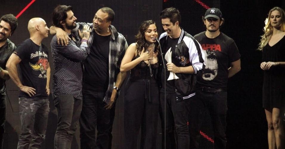 """25.out.2016 - Anitta e a banda Jota Quest sobem ao palco do Prêmio Multishow para receber o prêmio de melhor música do ano por """"Blecaute"""""""