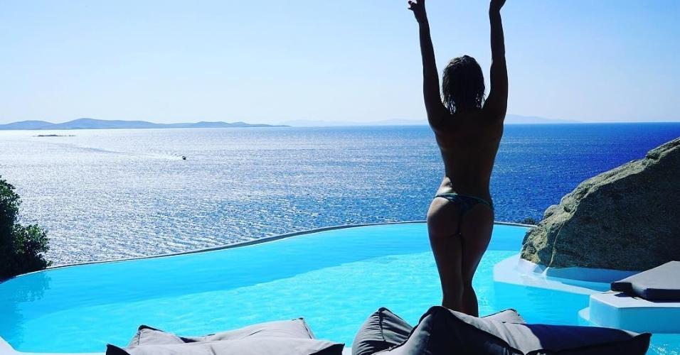 Giovanna Ewbank faz topless na Grécia
